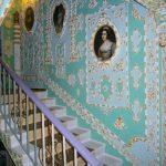 Подъезд жилой многоэтажки превратили в дворец XVIII века