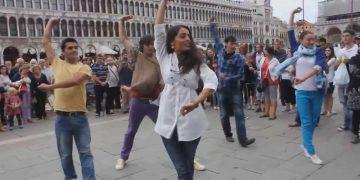 Грузины зажгли на улице в Италии. Вот это страсть, вот это энергия… Нет слов!