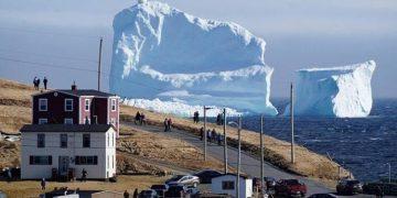В Канаде к берегу приплыл айсберг колоссальных размеров!