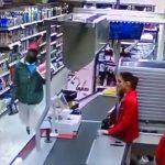 Финская продавщица отоваривает хлопцев из Африки