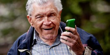 Прожив пятьдесят лет в браке, отец решил развестись и сделал звонок детям