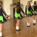 Девочки выстроились в линию. Внимательно смотрите на их ноги, когда они повернутся!