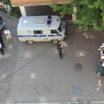 Люди вызвали полицию, т.к. соседи оставили ребёнка одного дома и он плачет!