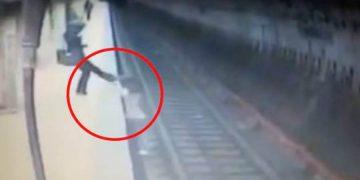 Женщина скинула молодую девушку на рельсы в метро и не давала ей вылезти