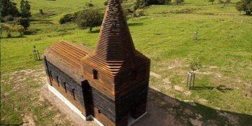 Смотришь сверху — обычная деревянная церковь, а с земли — она исчезает.