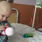 Четырехлетний мальчик шил игрушечных снеговиков в больнице, чтобы заработать на лечение лейкоза. Заказы поступали со всего мира