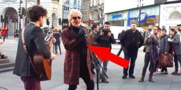 Импозантный мужчина предложил спеть под его гитару. Через секунду все узнали…