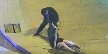 Мужчина ударил женщину, она упала… Но карма настила его почти мгновенно!