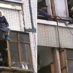 Бабуля сидит на козырьке балкона 9 этажа. Мурашки по коже от того, как ее спасали!