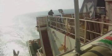 Сомалийские пираты напали на корабль, однако охрана дала им вооруженный отпор