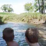 Дети с родителями плыли на лодке, как вдруг что-то выпрыгнуло из воды. Через секунду произошло нечто невообразимое!