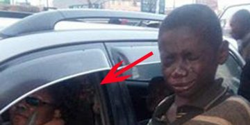 Бездомный мальчик подошел к машине попросить милостыню. В окне он увидел то, что довело его до слез
