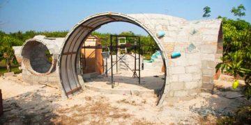 Он сам построил уютный домик всего за 40 дней. Только загляните, что там внутри!