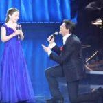 Он пригласил эту 12-летнюю девочку спеть вместе с ним. Стоило ей взять первую ноту… Фантастика!