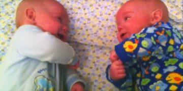 Мама уложила близнецов рядом. То, что сделали малыши, заставило ее включить камеру!
