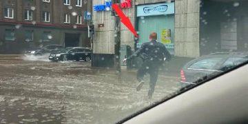 В сильный ливень парень ехал домой, как вдруг, остановился и резко выбежал из машины! Причина растрогает каждое сердце.