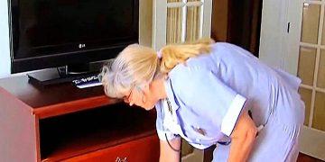 Уборщица распахнула комод в номере пожилой пары. То, что она там нашла, заставило их разрыдаться!
