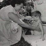 Эта женщина укладывала в гробы живых детей. Она записывала для себя имя каждого ребёнка. Всего — более 2500… (6 ФОТО)