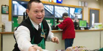 Одна клиентка в магазине оскорбила сотрудника с синдромом Дауна. Ей пришлось очень об этом пожалеть!