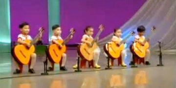 То, что эти детишки вытворяют с гитарой, просто уму непостижимо… Юные дарования!