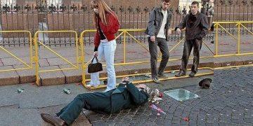 Старик лежал в крови, но люди глядя не него просто проходили мимо. Девушка остановила автобус и бросилась на помощь Ветерану…
