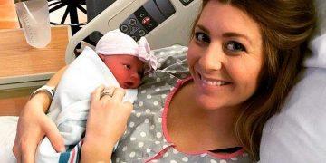 Девушка родила здоровую дочурку, но спустя час ее пришлось отдать брату навсегда…