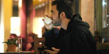 Плохо одетый мужчина в кафе попросил «подвешенный» кофе. Когда я узнал что это означает, то очень удивился