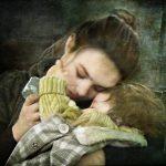 Подросток с ребенком на руках