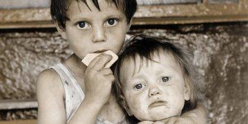 Двое детей отчаянно стучали в закрытую дверь: «Мама, открой, мы замёрзли…»
