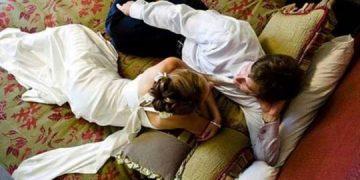 Первая брачная ночь, молодожёны лежат в постели, свечи, романтика