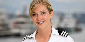 Стюардесса одной фразой поставила на место хама-пассажира. Салон аплодировал ее поступку!
