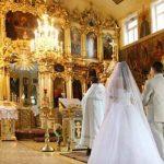 Женщина с ребенком на руках прервала свадебную церемонию. Невеста повернулась к жениху и дала ему пощечину. Мать невесты потеряла сознание