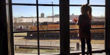 Девочка махала проводникам поезда каждый день. Через три года они увидели на окне записку, которая разбила им сердце