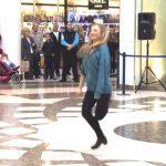Девушка стала посреди аэропорта и начала танцевать ирландские танцы. Но это было только начало!