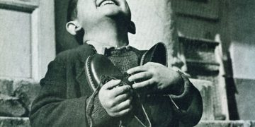 Мальчик, дрожа от холода, босиком стоял у витрины магазина