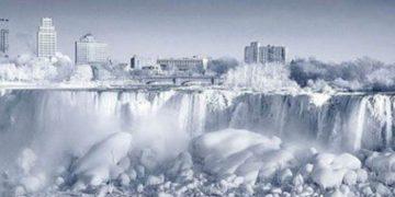 Туристы съезжаются посмотреть на замерзший ниагарский водопад