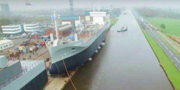 Только взгляните как спускают на воду огромный корабль. Невероятное зрелище!