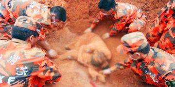 Спасатели весь день разгребали завал, внезапно они нашли тело погибшей женщины в странной позе…