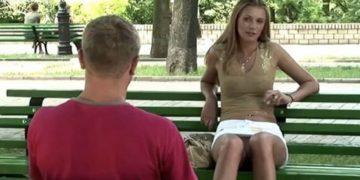 Девушка в парке проверяет «основной инстинкт». Вы только посмотрите на реакцию мужчин!