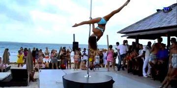Самый красивый танец на пилоне. Красотка на берегу моря набрала миллионы просмотров в Сети!