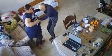 Чтобы избавиться от плохих мыслей и подозрений, дочь установила в доме пожилого отца камеру. Увидеть такое она точно не ожидала… (ВИДЕО)