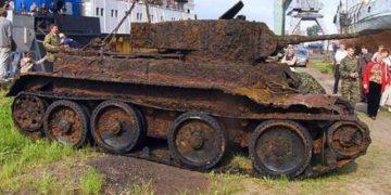 Археологи обнаружили в лесу старый танк. Когда открыли его — не поверили своим глазам!