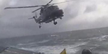 Пилот пытается посадить вертолет на корабль в сильный шторм! Вот это профи!
