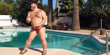Он станцевал у бассейна и взорвал Сеть!