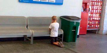 Мама потеряла сына в торговом центре, а вскоре увидела его на коленях у вывески. Когда она поняла, что происходит, у нее задрожало сердце!