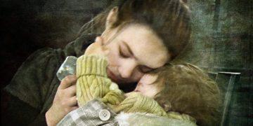 Из своего окна я увидел молодую девочку-подростка на холоде, держащую небольшой сверток в руках