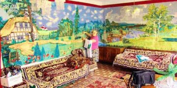 Бабушка Мария Радейко сама вышила крестиком себе «Обои»