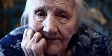 80-летняя бабуля наскребла гору мелочи для проезда в автобусе. Водитель не выдержал и вышел