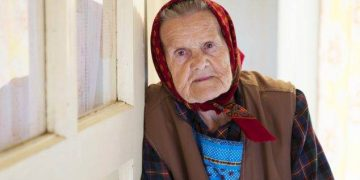 Моя бабуля после инсульта не встаёт… думал я с грустью на крыльце…